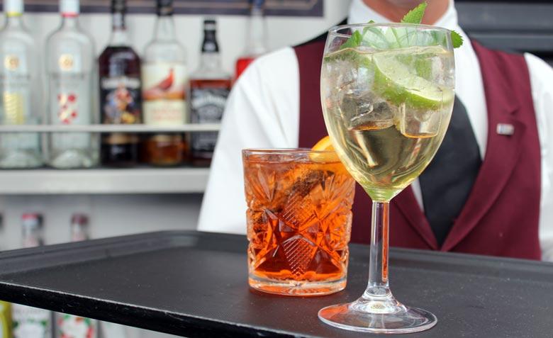 Aperol Spritz & Hugo an der Bar