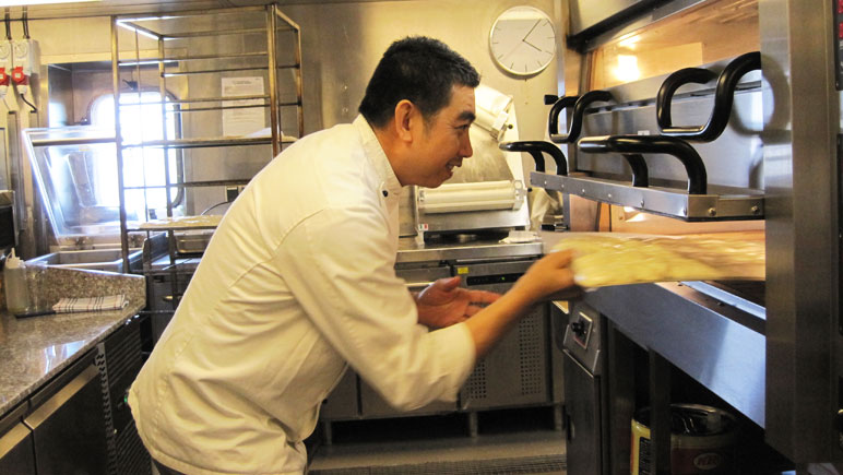 Vidal de Jesus bereitet sein leckeres Pizzabrot vor