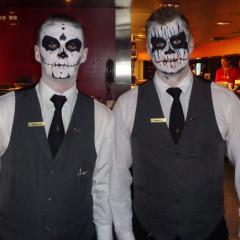 Zu Ihren Diensten! Die Kellner zu Halloween