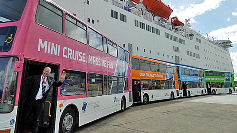 Bunte Flotte - DFDS Shuttlebus am Terminal