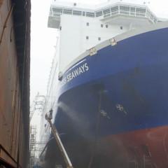 Putzen des Schiffsrumpfes