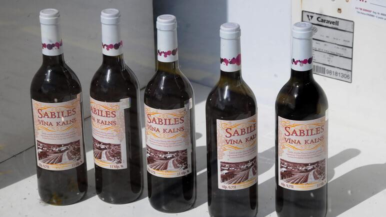 Weinflaschen aus dem Anbau am Sabile Weinberg - Credits J. Grieschat
