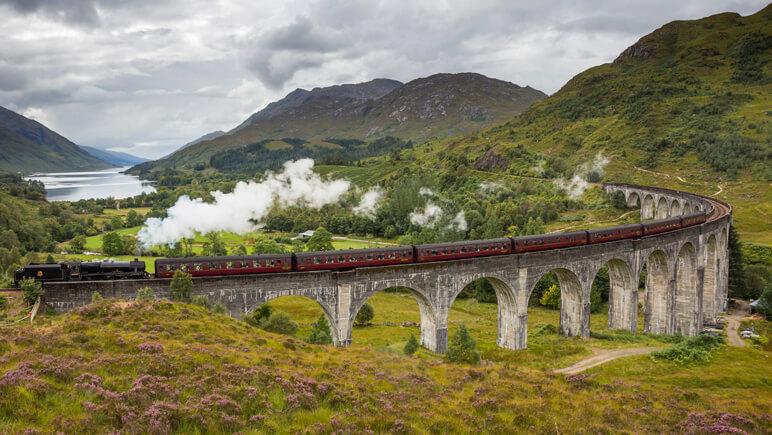 Die Jacobite Dampflock überquert den Glenfinnan Viaduct © VisitScotland