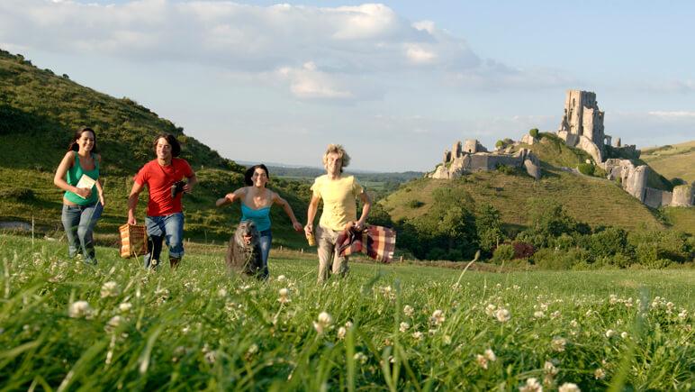 Hund Corfe Castle in Dorset England Credits VisitBritain
