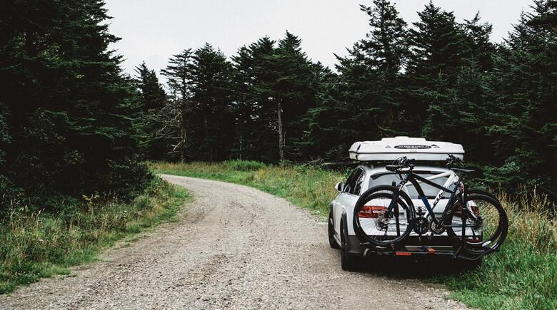 Mit dem Auto unterwegs im Wald