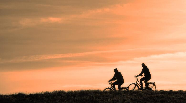 Fahrradfahrer im Sonnenuntergang