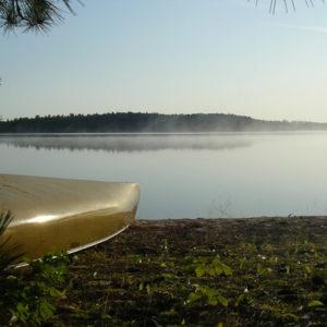 Kanu am Wasser abgelegt