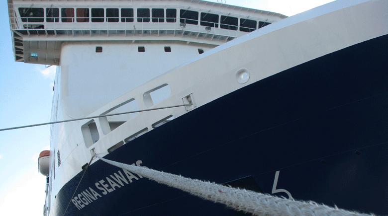 Regina Seaways mit Tau