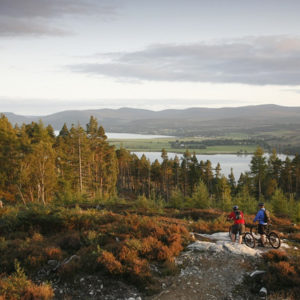Mit den Fahrrädern im Herbst in Schottland