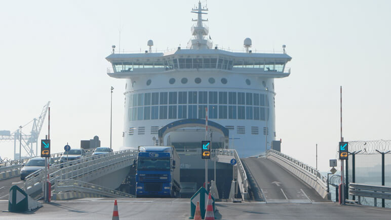 DFDS Fähre am Hafen in Dünkirchen