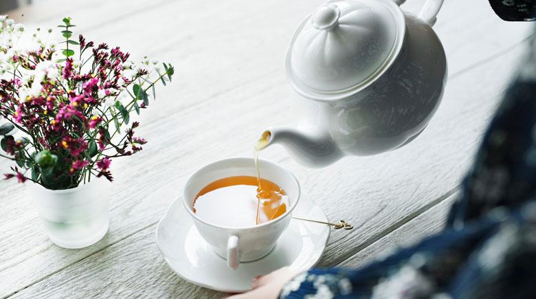 Tee wird eingegossen