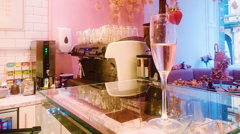 Champagner Glas in der Teestube