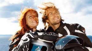 Paar in Motorradkleidung an Deck