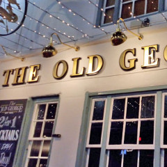 "Pub ""The Old George"" im Abendlicht"