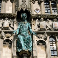 Figur an der Kathedrale von Canterbury