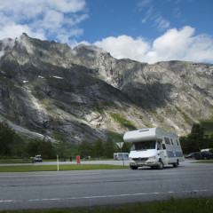 Unterwegs mit dem Reisemobil auf dem Trollveggen; Foto: Terje Borud, VisitNorway