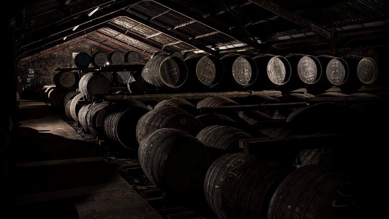 Destillerie Whisky Fässer © Udo Haafke