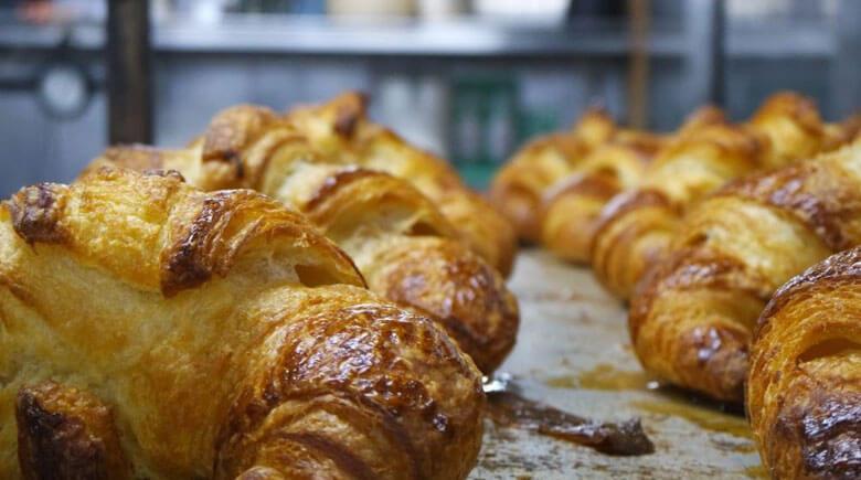 Frische Croissants direkt aus dem Ofen