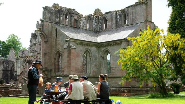 Dryburgh bei Edinburgh Picknick_co_Nicola de Paoli