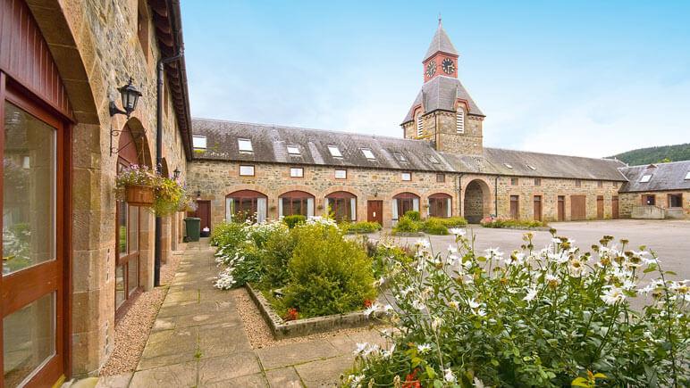Ferienhaus Tornich Innenhof