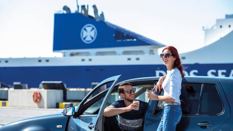 Paar im Auto vor Fähre © DFDS