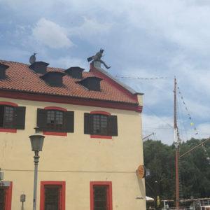 Statue Klaipeda Schornsteinfeger auf dem Dach