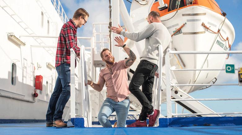 Kumpels an Deck von DFDS