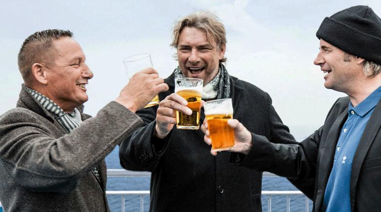 Kumpels mit Bier an Deck von DFDS