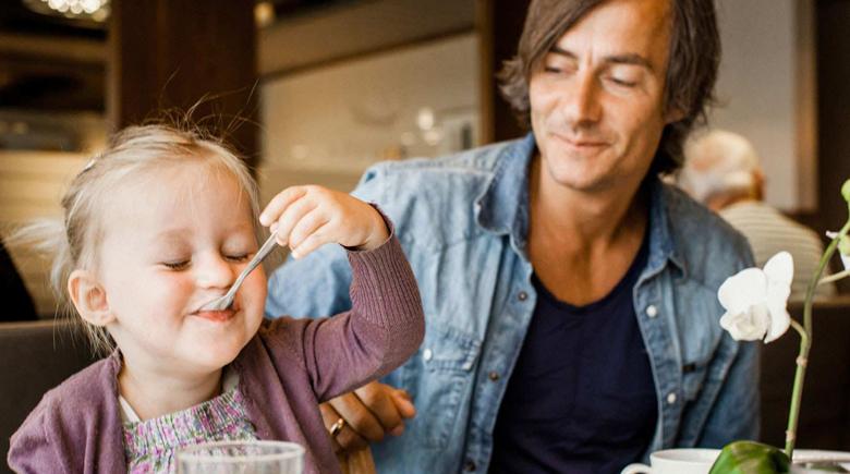 Vater mit Tochter beim Frühstück