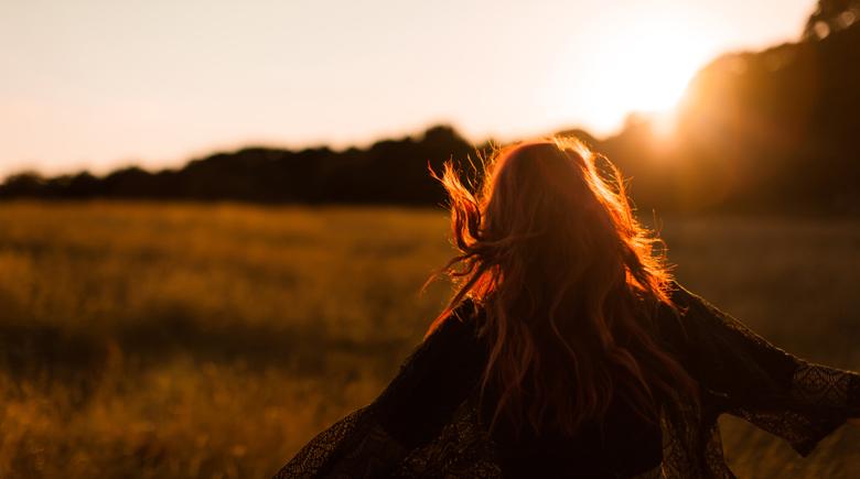 Frau im herbstlichen Gras