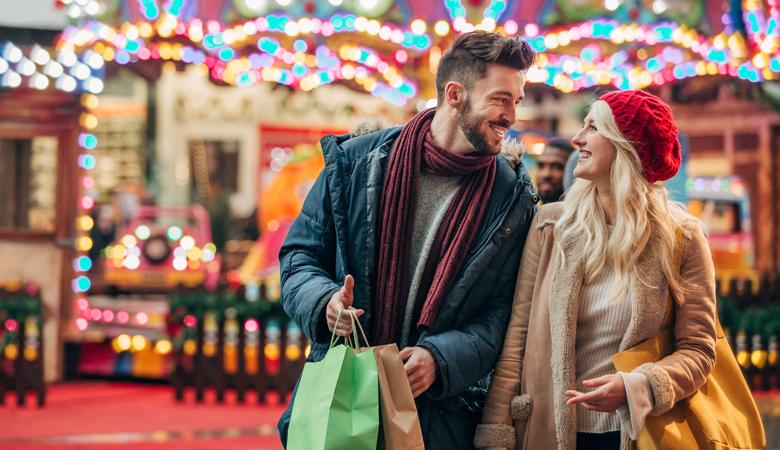 Auf dem Weihnachtsmarkt einkaufen