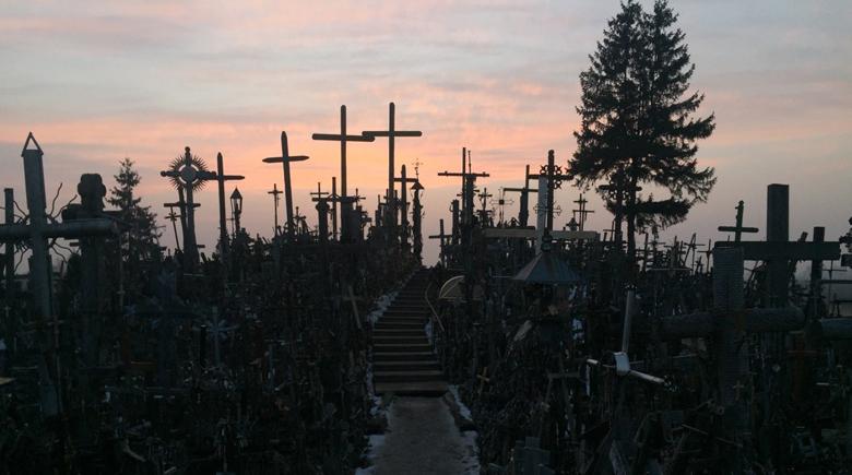 Berg der Kreuze in Litauen bei Sonnenuntergang