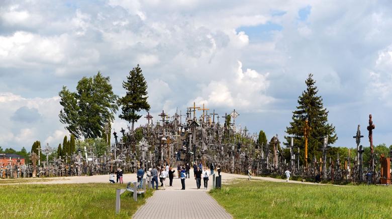 Besucher am Berg der Kreuze