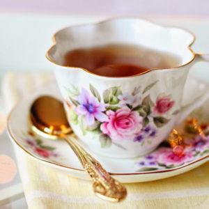 Teetasse mit Blumenmuster