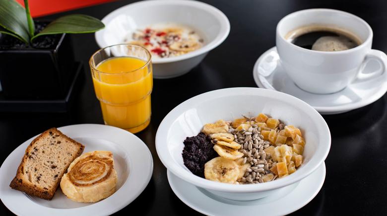 Frühstück an Bord DFDS mit Kaffee und Müsli