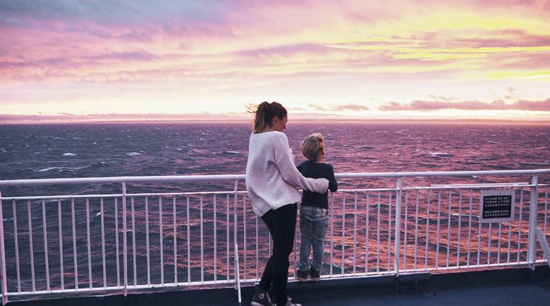 Mit der Familie an Bord zum Sonnenuntergang